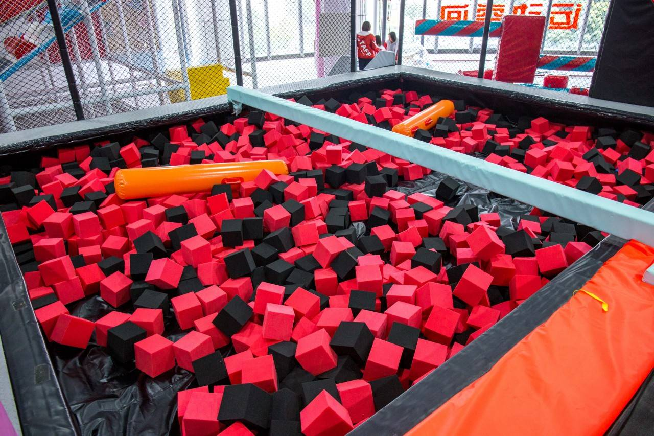 【广州·海珠区】【Jump Cool·跃库运动空间】49.9元购2大1小/1大2小两小时互通票(小为1.2m以下),周末节假日通用!性价比高、互动性强!全场网红蹦床、海绵球池等30多个潮流趣味运动项目任性玩!让您的宝贝嗨玩起来吧~